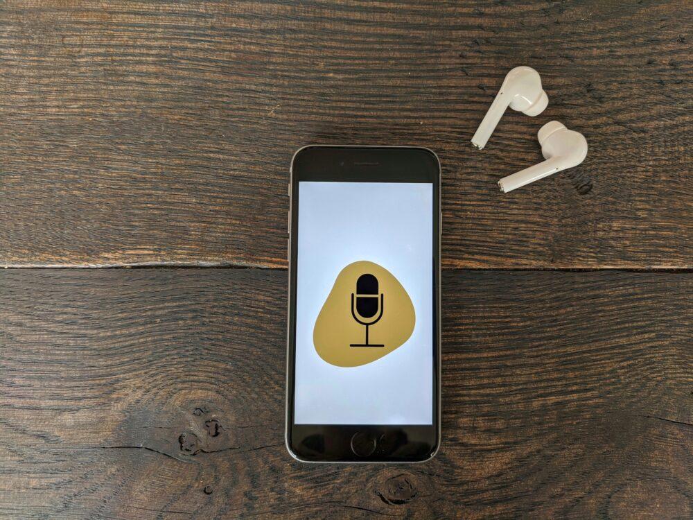 Ein Smartphone und Kopfhörer